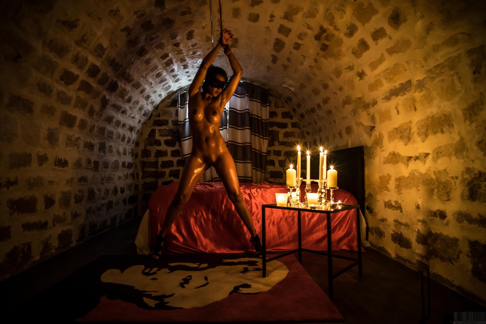 Scène sexy dans un donjon bdsm